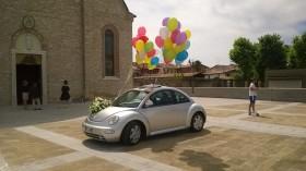 palloncini su specchietti fuori dalla chiesa